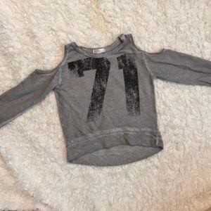 "Sporty ""cold shoulder"" sweatshirt"